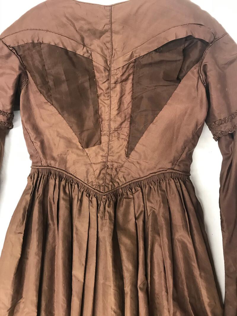 Brown Silk Dress. C.1840s. Personal photograph by the author. 6 June 2020. (National Historic Oregon Trail Interpretive Center, garment 52).